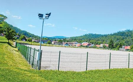 Postaviti umjetnu travu na igralištu uz sportsku dvoranu